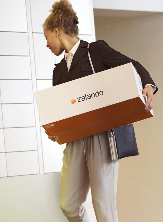Woman returning Zalando parcel with the Bringme Box Send & Collect